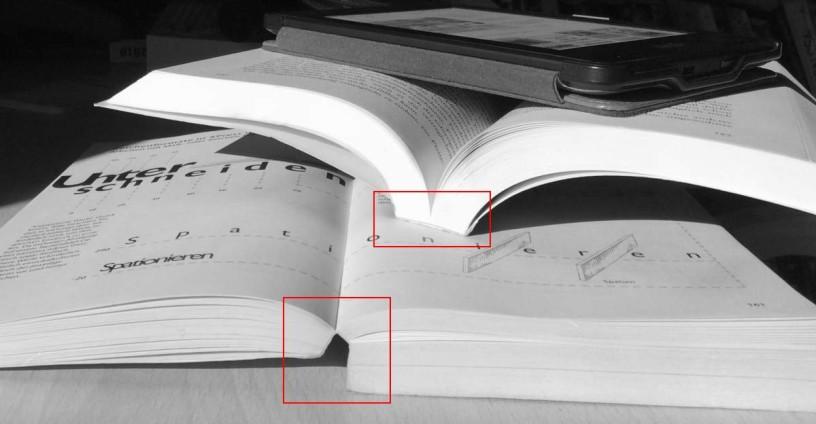 Das Taschenbuch unten bleibt von selber aufgeschlagen, das obere nicht