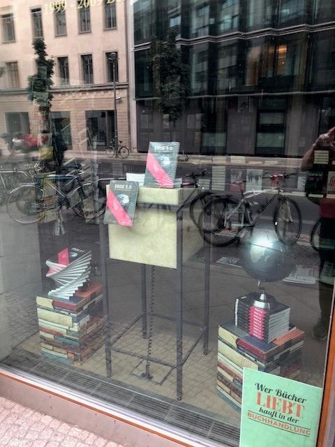 Buch Erde 5.0. Die Zukunft provozieren im Schaufenster der Parlamentsbuchhaldung in Berling